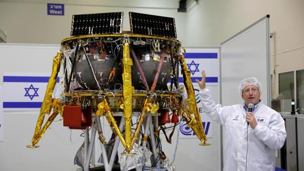El director del Programa Industrial Aeroespacial israelí, Ofer Doron, presenta la nave que lanzarán a la Luna