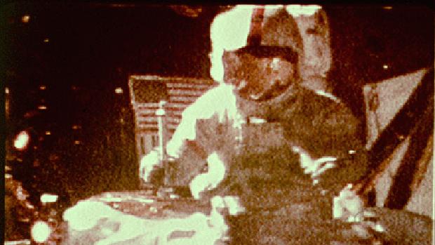 El comandante del Apolo 15 lanzó desde la altura de su cintura un martillo de geólogo y una pluma de halcón