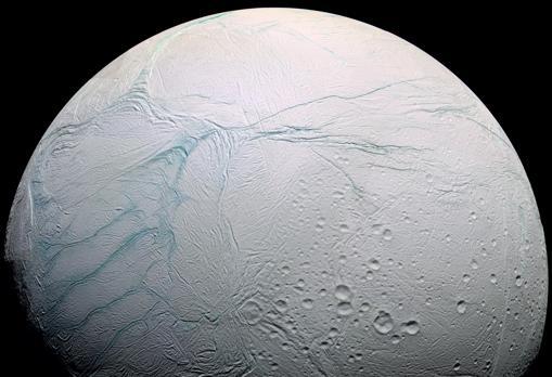 Fotografía de Encélado, la luna de Saturno. Bajo una corteza de hielo hay un océano de agua líquida