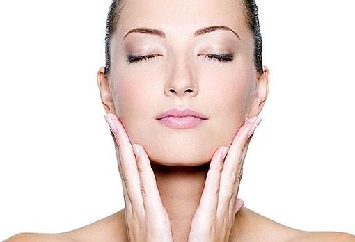 Según este estudio, la juventud femenina es un rasgo atractivo. ¿Influye eso en el uso de cosméticos?