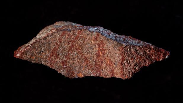 El dibujo hecho con ocre, en una piedra de silcreta hallada en la cueva de Blombos, Sudáfrica