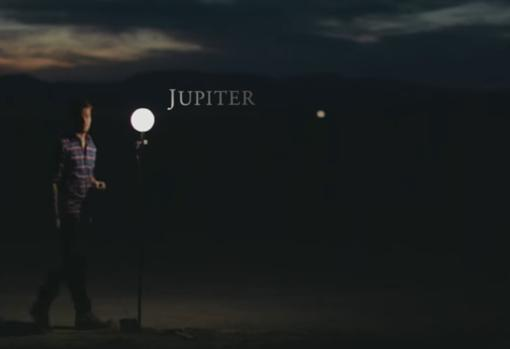 Si el Sol midiera 1,5 metros de diámetro, Júpiter sería más pequeño que una pelota de fútbol y estaría a 920 metros de la estrella (al fondo)