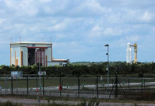 Ariane 5 que lanzará la BepiColombo el próximo 20 de octubre. Aún falta por ensamblar la «nariz» del cohete, donde está la sonda