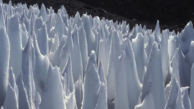 Penitentes en los Andes, Argentina. La luna Europa puede tener un paisaje similar con filos helados gigantescos