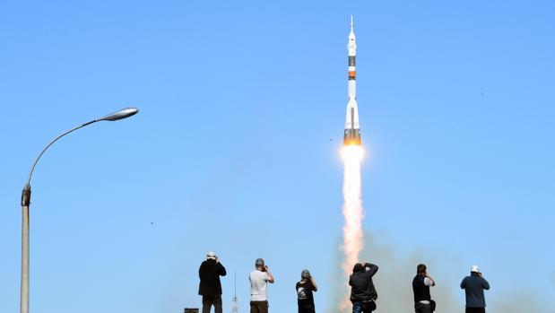 Despegue del cohete MS-10 transportando la cápsula Soyuz con dos tripulantes a bordo, momentos antes del fallo y del aterrizaje de emergencia