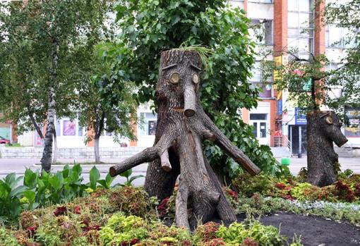 Esculturas de dos trífidos en las calles de Penza, Rusia