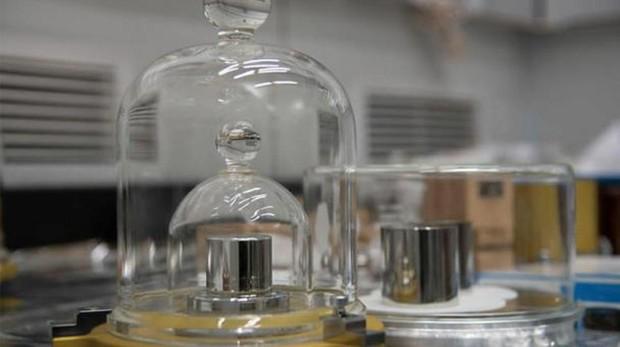 El prototipo internacional del kilogramo y sus réplicas son el estándar para definir el propio kilogramo