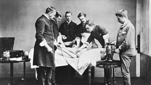Médicos de la época victoriana examinando un cadáver