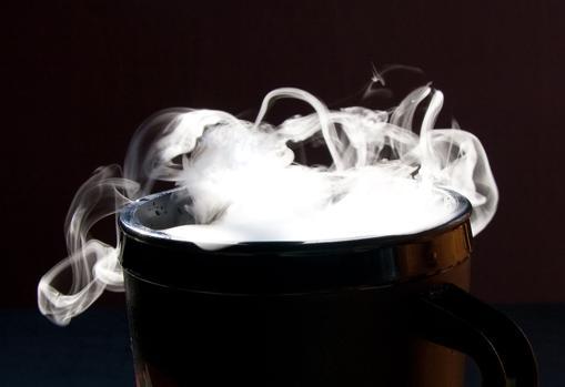 Sublimación de hielo seco en el interior de una taza
