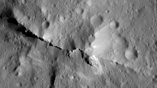 Imagen de la superficie de Ceres obtenida por la sonda Dawn, de la NASA. La cresta central, de 1891 metros de altura, está hecha de materiales ricos en carbono, surgidos del subsuelo debido a la interacción entre las rocas y el agua