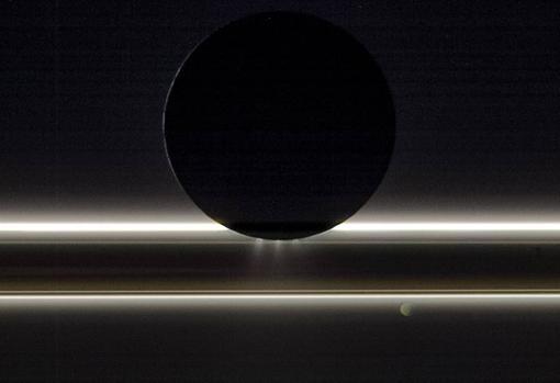 Encélado, la luna de Saturno, se desplaza ante los anillos y la pequeña luna Pandora en esta vista que la nave Cassini de la NASA capturó el 1 de noviembre de 2009