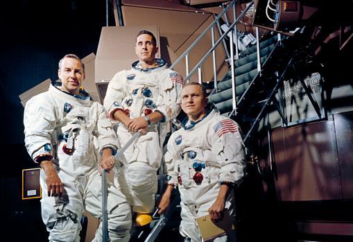 De izquierda a derecha: James Lovell, William Anders y Frank Borman, tripulantes del Apolo 8