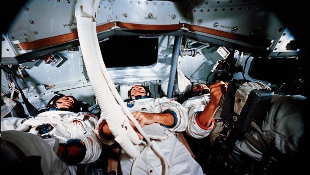 Interior de una cápsula de entrenamiento con los tripulantes del Apolo 8