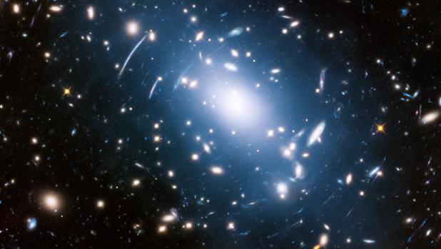 Los astrónomos han descubierto que la asociación de la luz intracumular -luz tenue de la imagen- y la materia oscura