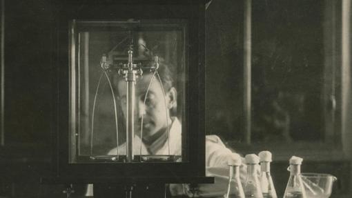 Un científico pesa en una báscula en 1929