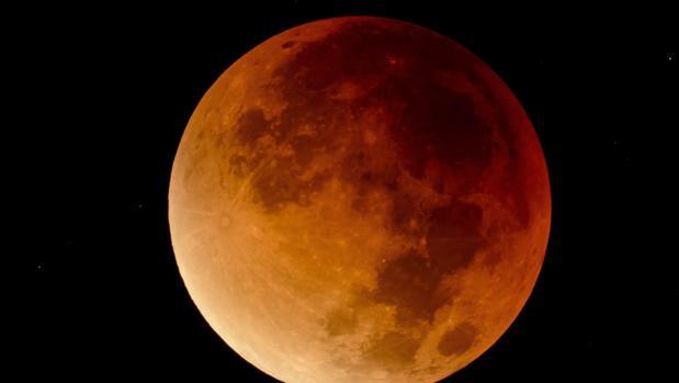 La Luna, teñida por un eclipse total, el 28 de septiembre de 2015