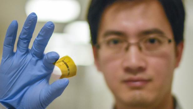 El investigador Xu Zhang sostiene la primera «rectena» flexible