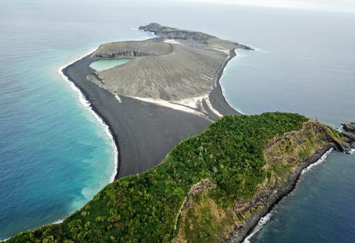 La nueva isla volcánica (centro) vista desde un dron