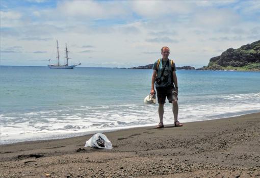 Dan Slayback, en la playa de Hunga Tonga-Hunga Ha'apai
