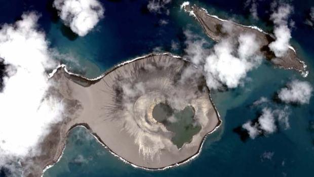 La isla Hunga Tonga-Hunga Ha'apai , en el Pacífico sur, vista desde el aire