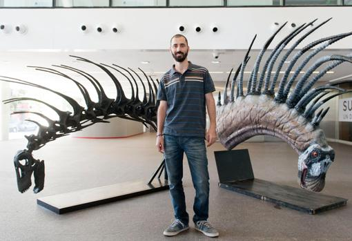 Pablo Gallina, investigador del CONICET, junto a dos reconstruccione del Bajadasaurus pronuspinax