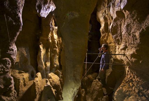 Antonio Rosas, en la cueva de El Sidrón