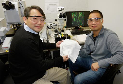 YuHuang Wang (izquierda) y Min Ouyang sostienen una muestra de su nuevo tejido