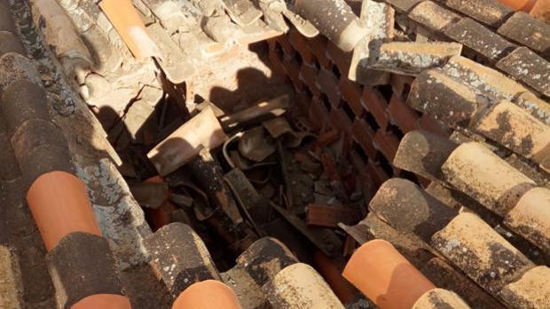 El agujero en el tejado de la vivienda provocado por el misterioso objeto