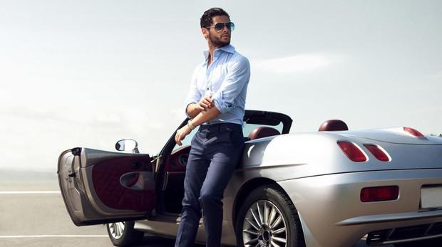 La autora bromea y descarta que un hombre con un Maserati sea comprabale a un ciervo de robusta cornamenta o a un pavo real engalanado con una vistosa cola