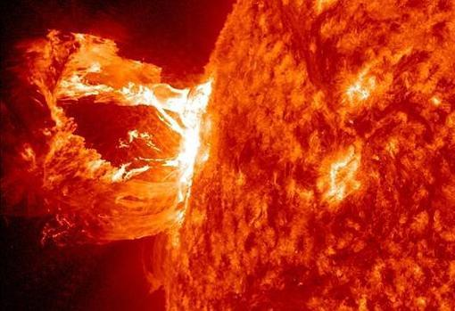 El Sol, liberando una llamarada
