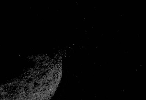 Imagen captada el 19 de enero de una rociada de partículas procedentes de la superficie de Bennu. A causa de esto, se le considera como un asteroide activo