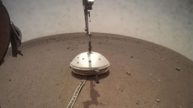 El sismómetro, el instrumento SEIS, posado sobre la superficie de Marte
