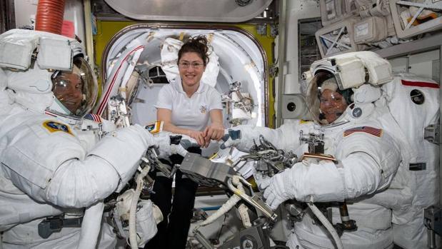 Los astronautas Christina Koch (centro), Nick Hague (izquierda) y Anne McClain