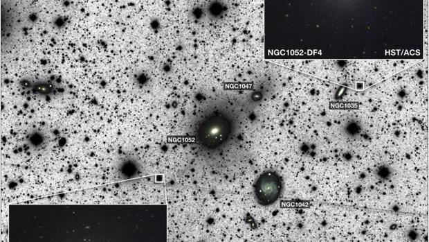 En la imagen, obtenida con el observatorio Keck, aparecen las dos galaxias sin materia oscura halladas hasta ahora