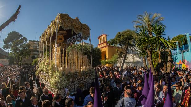 Viernes de Dolores, Semana Santa. Salida de la Hermandad de Pino Montano. FOTO: VANESSA GOMEZ. archsev