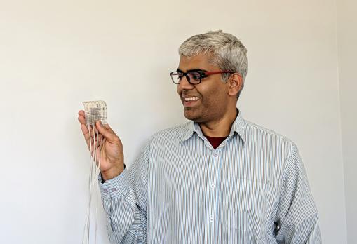 Gopala Anumanchipalli, coautor de estudio, sostiene una muestra de electrodos intracraneales del tipo utilizado para registrar la actividad cerebral de los participantes en el estudio