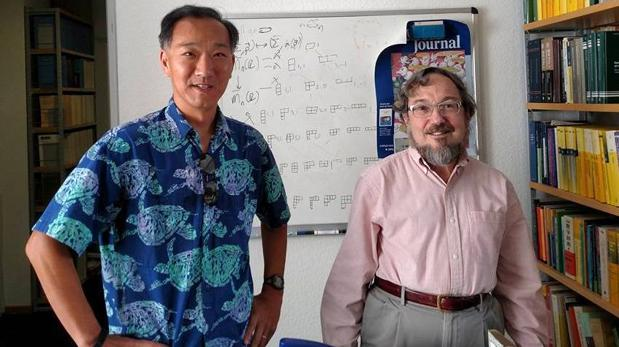 La idea surgió de un «problema de juguete» que el matemático Emory Ken Ono (izquierda) presentó como un «regalo» para Don Zagier (derecha) por su 65 cumpleaños. El problema se ve en la pizarra detrás de ellos
