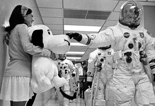 Camino a la furgoneta que los llevará a la rampa, Stafford acaricia un peluche de Snoopy que sostiene Jamye Flowers, la secretaria de Gordon Cooper
