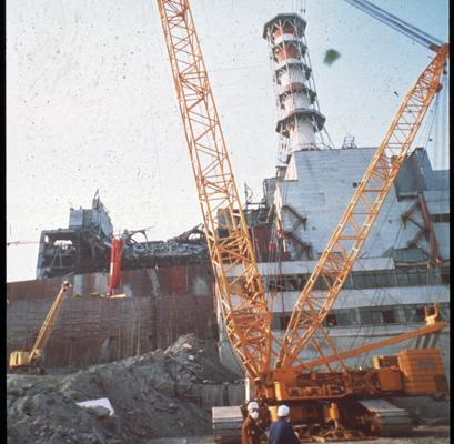 Trabajos de construcción de un sarcófago tras la destrucción de la central