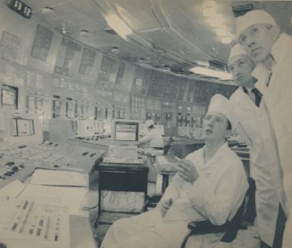 Centro de control del reactor 3 en la central nuclear de Chernóbil, en mayo de 1995