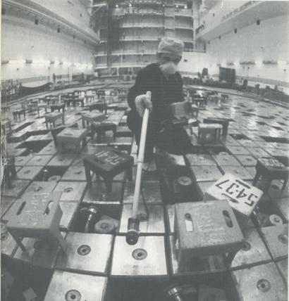 Un técnico inspecciona el reactor 1 en la central nuclear de Chernóbil, meses después del accidente