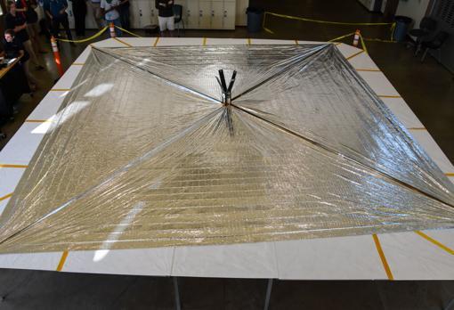 La LightSail 2, desplegada sobre una mesa en la Universidad Politécnica Estatal de California, en San Luis Obispo