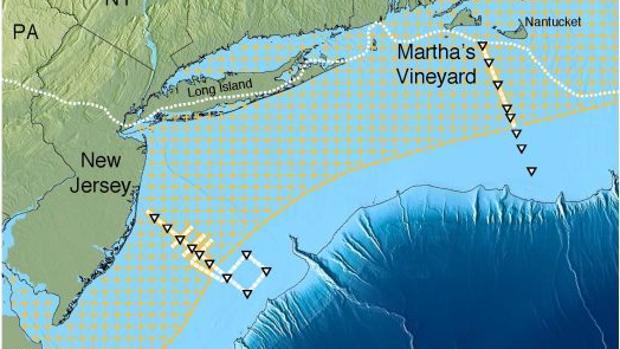 El acuífero al noreste de EE. UU. (área sombreada). Las líneas continuas de color amarillo o blanco con triángulos muestran las pistas del barco. La línea blanca punteada cerca de la orilla muestra el borde de la capa de hielo glacial que se derritió hace unos 15.000 años. Más lejos, de color azul oscuro, la plataforma continental cae en el abismo del Atlántico