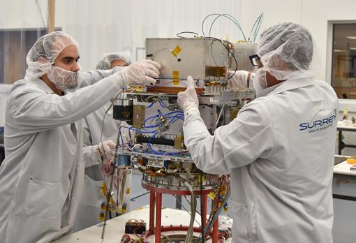 Los técnicos integran el reloj atómico de de la NASA en el satélite Orbital Test Bed