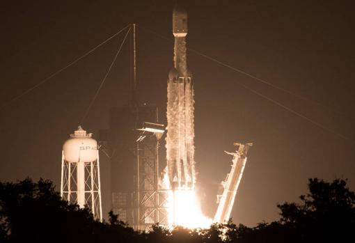 Lanzamiento del cohete de SpaceX desde el Centro Espacial Kennedy de la NASA en Florida, Florida