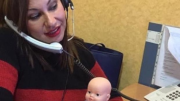 Laura Robles en su puesto sujetando un muñeco