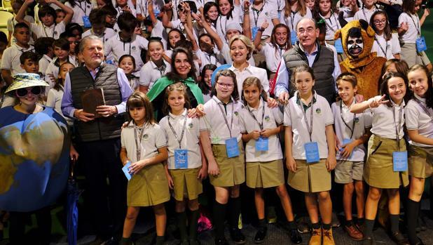 Íñigo Méndez de Vigo, Blanca Marsillach, Isabel Tejerina e Ignacio Galán, con los niños asistentes a la función