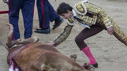 Sebastián Castella acaricia a «Jabatillo» tras su sensacional faena