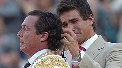 Manzanares, muy emocionado, corta la coleta a su padre en Sevilla