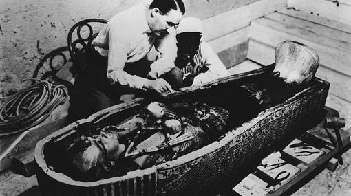 Howard Carter ante el sarcófago de Tutankamón